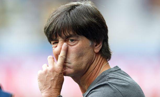 Joachim Löwin on otteluiden aikana vaikea hallita käsiensä liikkeitä.