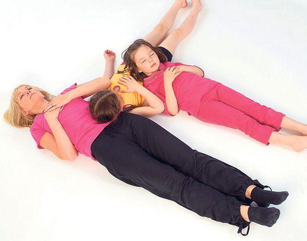 Mato on mukava harjoitus isollekin porukalle. Kun pää on alla olevan vatsalla, tuntee, miten pää nousee ja laskee lempeästi kaverin hengityksen mukaan.