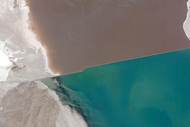 Ilmakuvasta näkee hyvin, kuinka suuren värieron rautatiepenger aiheuttaa järveen.