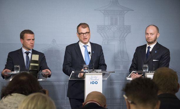 Hallituksen kärkikolmikko, valtiovarainministeri Petteri Orpo (kok), pääministeri Juha Sipilä (kesk) sekä Eurooppa-, kulttuuri- ja urheiluministeri Sampo Terho (sin) ovat saaneet huomata hallituksen suosion heikentyneen. KUVA: PETE ANIKARI/IL.