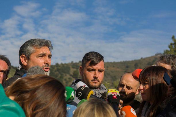 Julenin isän Jose Rosello (kesk) sanoi toivovansa, että enkeli olisi auttanut Julenia selviämään hengissä.