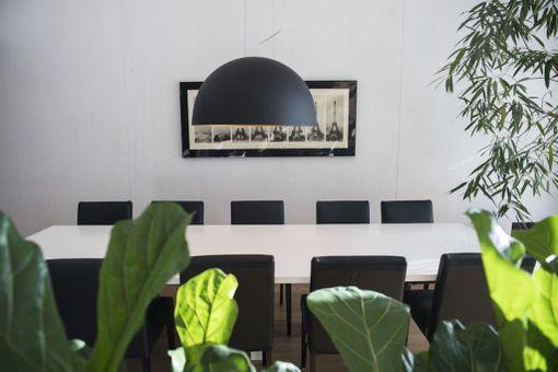 Viherkasvit tuovat kotiin kodikasta tunnelmaa. Ruokapöydän ympärille mahtuu isompikin seurue.