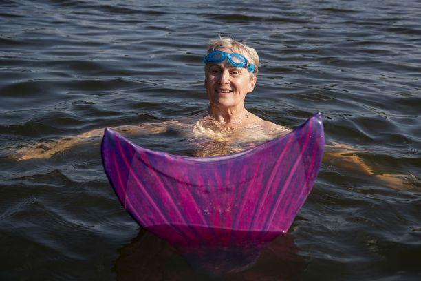 Arja on ammatiltaan liikunnanohjaaja ja hän on opettanut uintia vauvasta vaariin. Arja on opettanut merenneitouintia pääasiassa Forssassa ja Somerolla, mutta myös muualla Suomessa.