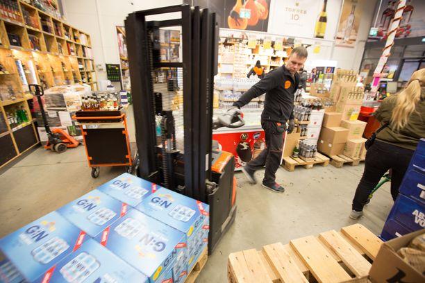 SuperAlkon varastomies Andrei Minenkovs auttaa asiakkaita saamaan ostokset autolle.