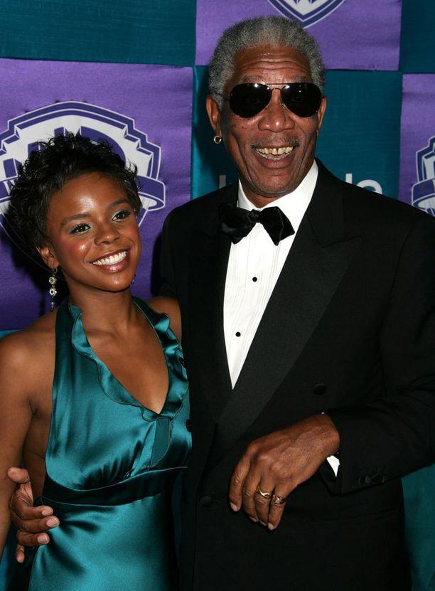 E'Dena Hines puukotettiin kuoliaaksi sunnuntaina. Hinesin äiti on Morgan Freemanin adoptiolapsi.