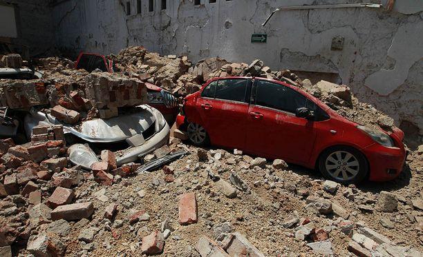 Autoja hautautui taloista pudonneen betonin ja kivien alle.