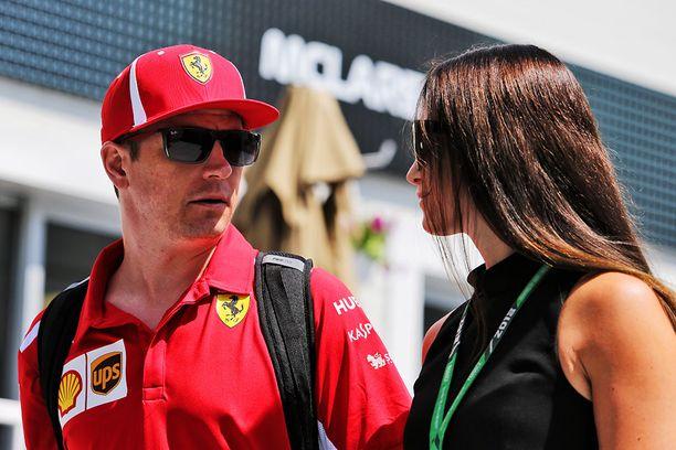 Minttu Räikkönen kannustaa usein miestään F1-katsomosta käsin.