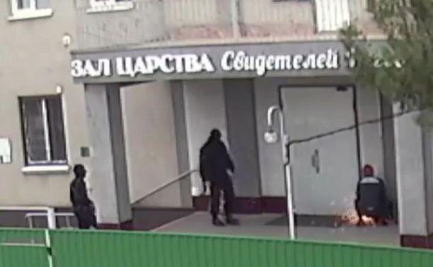 Venäjän Jehovan todistajien mukaan hallituksen turvallisuusviranomaiset ovat toistuvasti lavastaneet heidät syyllisiksi ääriliikehdintään. Kuvakaappaus videotallenteesta.