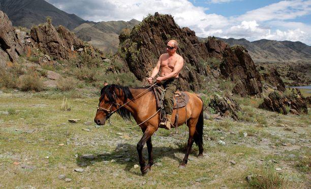 Venäjän presidentti Vladimir Putin ratsasti Itä-Siperian Tuvan tasavallassa ilman paitaa vuonna 2009.