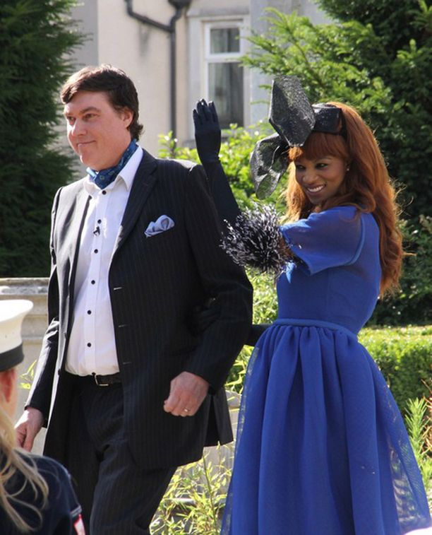 Sam ja Irene Malin ottavat naapurit vastaan puutarhajuhlilleen kuin kuninkaalliset.