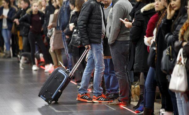 Geneven lentoasema sijaitsee Ranskan ja Sveitsin rajalla. Ranskaan suuntautuvien lentojen matkustajien ei tarvitse kulkea Sveitsin tullin kautta, ja sen vuoksi karkulaisen onnistui päästä lähtevien lentojen puolelle.