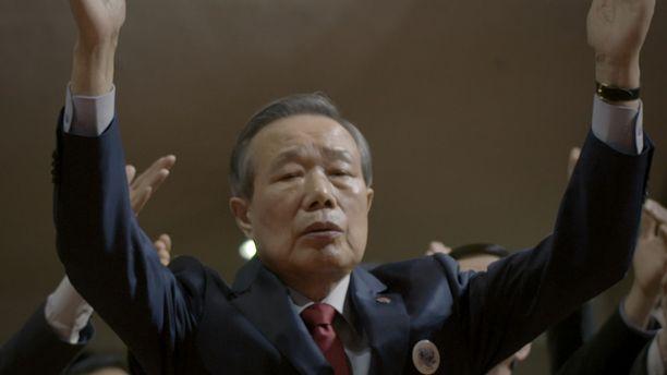 Kim Shin-jo kuului pohjoiskorealaiseen kommandojoukkoon, jonka tehtävänä oli salamurhata Etelä-Korean silloinen presidentti Park Chung-hee.