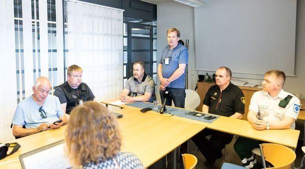 Atol Avionin Markku Koivurova puhui seisten medialle Rovaniemen lentoasemalla.
