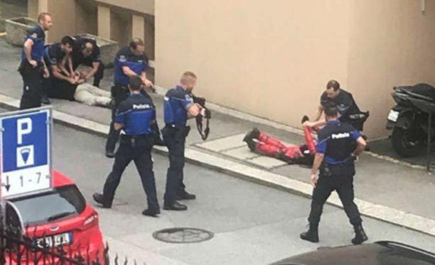 """Poliisilla oli kovat otteet ja myös """"siviilivaatteissa"""" ollut Allessandro pidätettiin."""