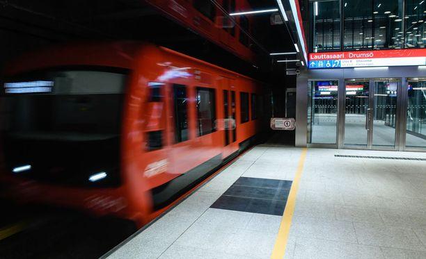 Tätä on odotettu. Länsimetro kuljettaa matkustajat lauantaista lähtien Helsingin Lauttasaareen ja Espooseen.