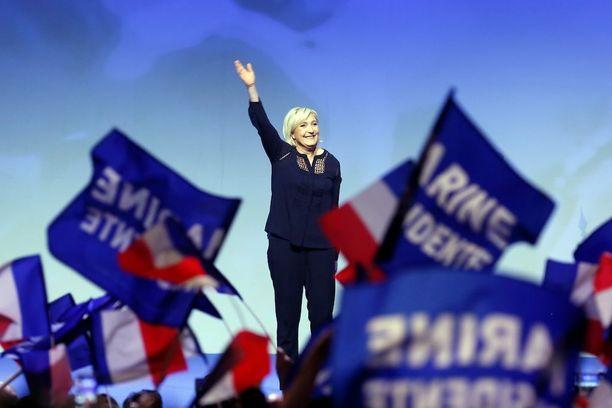 Kansallisen rintaman puheenjohtaja Marine Le Pen puhumassa kannattajilleen lauantaina.