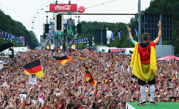 Bastian Schweinsteiger tervehti saksalaisyleisöä majesteettisesti.