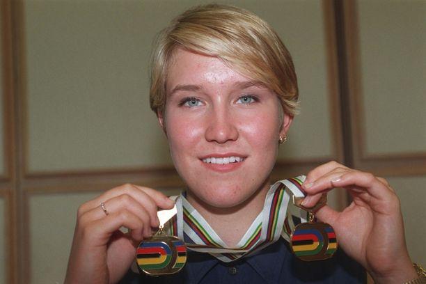 Mira Kasslin esittelee mitalisaalistaan vuonna 1996.