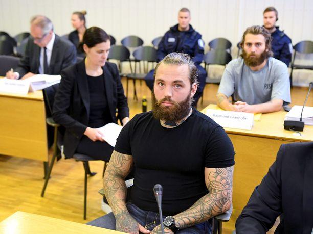 Ruotsalaisveljekset Raymond Granholm (harmaa paita) ja Richard Granholm (edessä) Porvoon ja Pirkanmaan poliisiampumisten pääkäsittelyssä Itä-Uudenmaan käräjäoikeuden Porvoon istuntopaikassa 7. syyskuuta 2020.