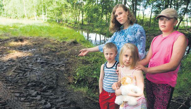 SURMAPAIKKA Charlotta, 13, Jonathan, 11, Thomas, 5, ja Nora, 6, saivat tietää vasta aamulla lampaiden kohtalosta.