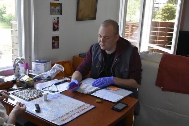 Kotitöiden lisäksi kotihoidossa tehdään myös hoitotoimia kuten verensokerin mittaamista ja insuliinipistoksia.