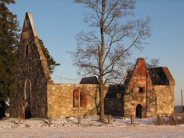 Useimmat haudat kaivettiin auki Pälkäneen rauniokirkon vierestä.