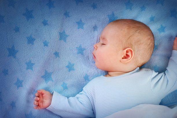 Vauva nukkuu silloin, kun nukuttaa.