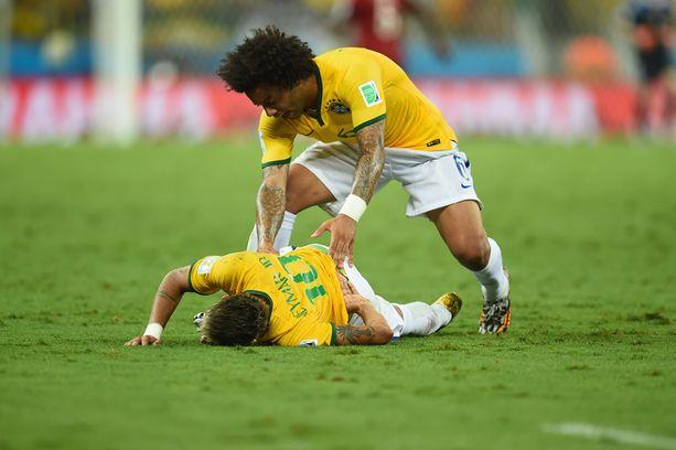Joukkuetoveri Marcelo kiirehti Neymarin avuksi.
