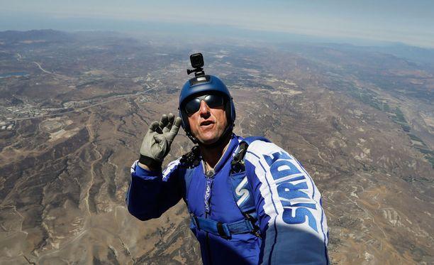 Luke Aikins valmistautui ennätyshyppyynsä puolitoista vuotta. Viikko sitten hän teki harjoitushyppyjä helikopterista.