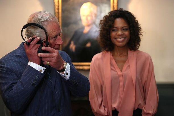 Näyttelijä Naomie Harris nauroi, kun prinssi testasi elokuvatuotannon kuulokkeita.