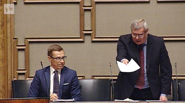 Valtiovarainministeri Antti Rinne tarjosi tiliotetta turhaan Timo Soinille (ps) eduskunnassa.