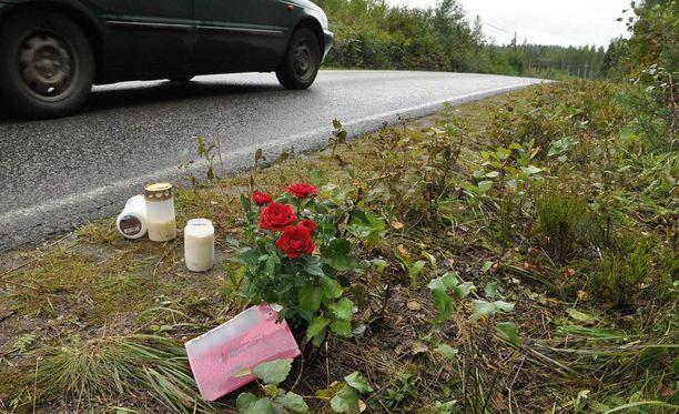 Vanhamäentien onnettomuuspaikalle on tuotu kukkia ja kynttilälyhtyjä. Tytön kuolema on järkyttänyt syvästi kyläläisiä.
