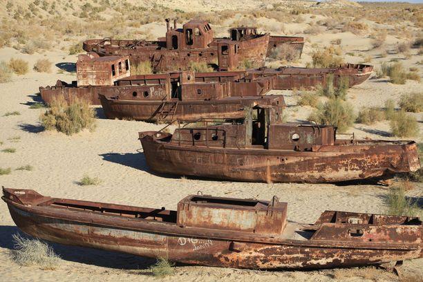 Kalastusalukset ovat jääneet ruostumaan, kun Araljärvi on kuivunut.