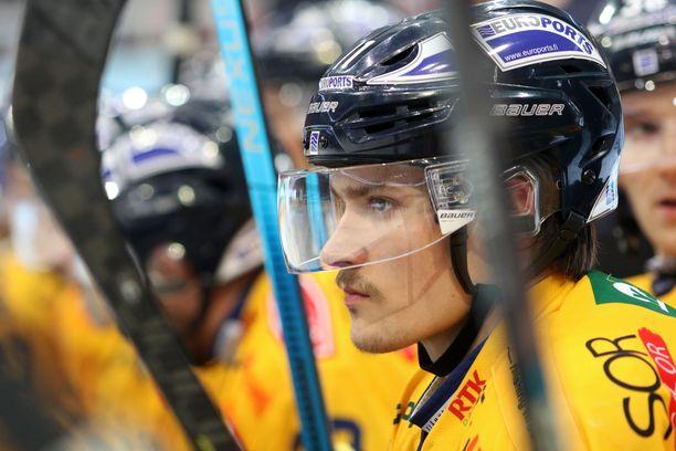 Puolustaja Tarmo Reunanen pukeutuu jälleen sinikeltaiseen.