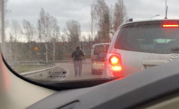 Liikenne oli pysähdyksissä lähes minuutin ajan, kun pakettiauton kuljettaja nousi autostaan rampilla.
