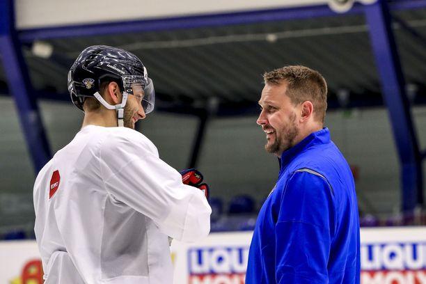 Leijonien apuvalmentaja Antti Pennanen keskusteli sunnuntain harjoituksissa puolustaja Petteri LIndbohmin kanssa USA-pelin kuvioista.