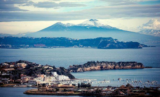 Napolinlahden maisemaa komistaa myös Vesuviuksen tulivuori.