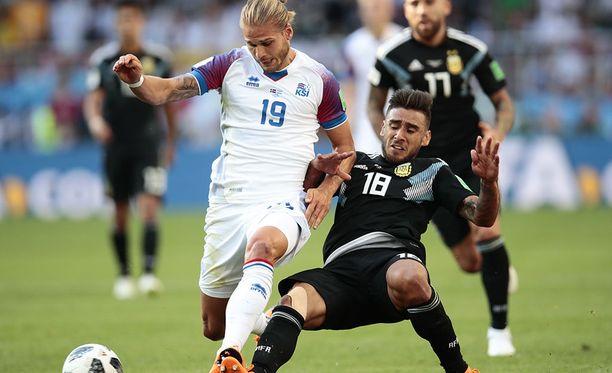 Islannin Rúrik Gíslason (vas.) vääntää pallosta Argentiinan Eduardo Salvion kanssa.