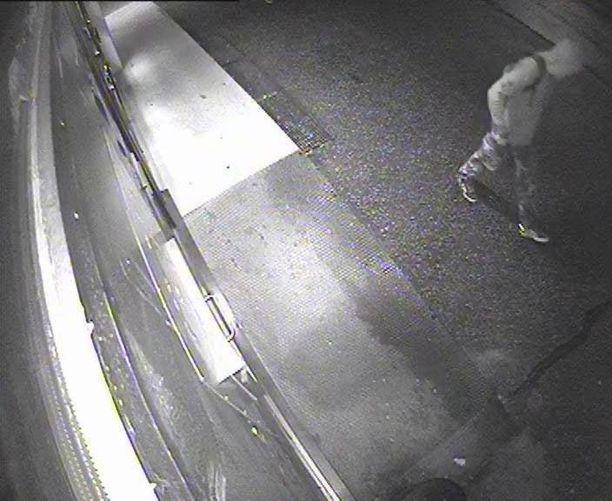 Kuvassa yksi epäillyistä ryöstäjistä yllään vaalea huppari, jalassaan maastohousut ja selässään tumma reppu.