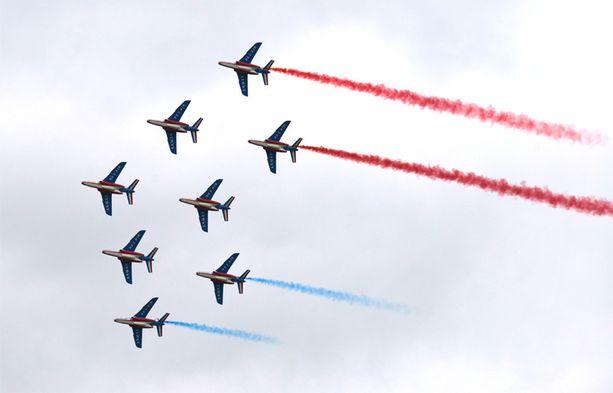 Ranskan ilmavoimien Alpha Jet -hävittäjiä ilmailunäytöksessä Pariisissa 2013.