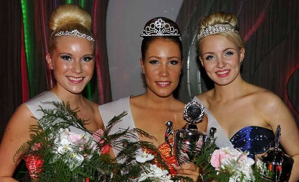Vasemmalla 2. perintäprinsessa Janette Karvonen, keskellä voittaja Hanna Granlund, oikealla 1. perintöprinsessa Anni Hanhimäki.