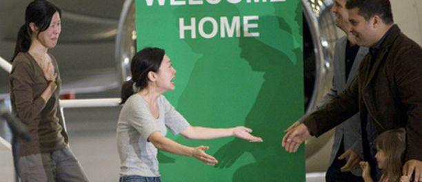 Laura Ling ja Euna Lee riensivät riemuiten perheidensä pariin.