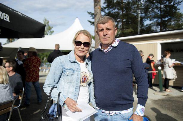 Sari Tamminen saapui miesseurassa. Uusi rakas on erityisopettaja Matti Schrey. - Yhdessä on oltu jo erinäinen aika, Jari Sillanpään läheisenä ystävänä tunnettu Sari kertoi.