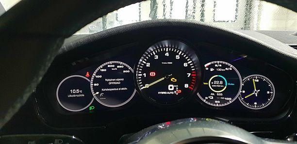 Auto käyttää sähkövirtaa tilanteen mukaan hybridi-asetuksella.