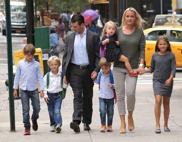 Donald Trump Jr. vietti perheensä kanssa päivää New Yorkissa syksyllä 2016. Hänellä ja ex-vaimo Vanessa Trumpilla on viisi yhteistä lasta.
