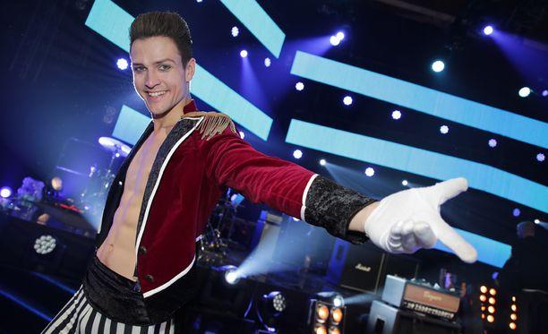 Musikaaleissa esiintynyt Mikael Saari oli kotikentällään stadionrock-teemaisena iltana.