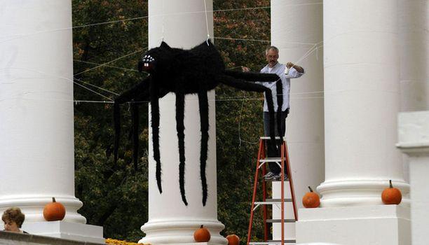 Valkoisen talon pilarien välissä roikkui jättimäinen hämähäkki.