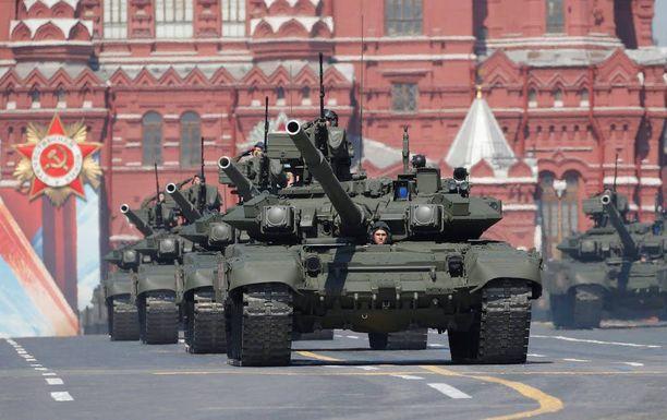 Panssarivaunut kuuluvat voitonpäivän paraatin vakiokalustoon. Kuvassa T-90-tankkeja.