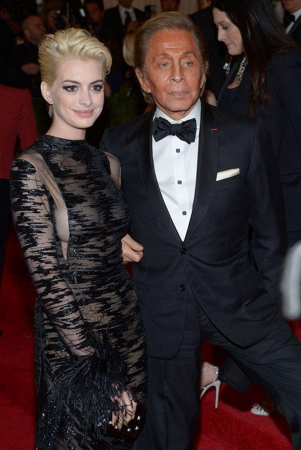 Hathaway ja Valentino Met-muotigaalassa keväällä 2013.