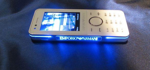 Samsung Emporio Armani välkkyy kun siihen soitetaan.